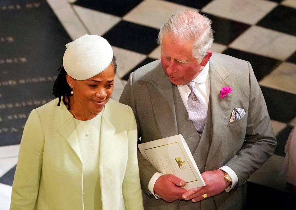 Morsiamen äiti, Doria Ragland, ja sulhasen isä, prinssi Charles, poistuivat kappelista seremonian jälkeen.