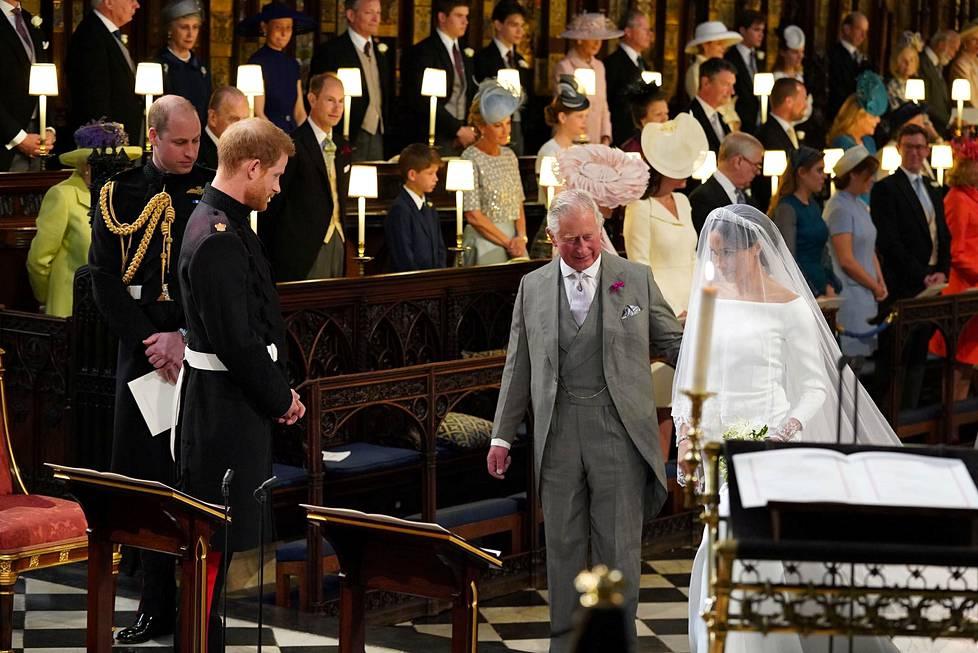 Sulhasen isä prinssi Charles saattoi morsiamen alttarille.