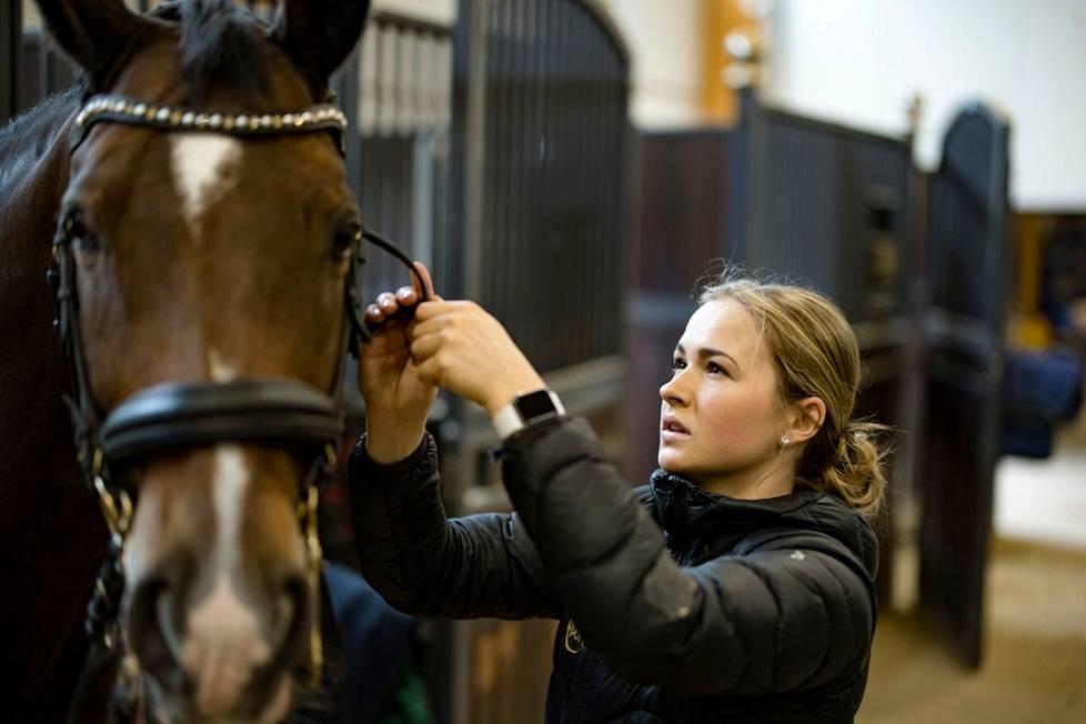Kouluratsastaja Janni Martikainen tähtää olympialaisiin, mutta hänellä ei ole tällä hetkellä sopivaa hevosta. Martikainen ratsastaa 19-vuotiaalla Korpulla eli Cornando v.d. Cadzandhoevella.