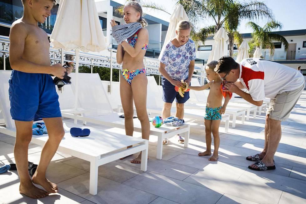 Roope Saastamoinen,11, Maria Saastamoinen, 13, Hanna Saastamoinen, Kalle Saastamoinen, 4 ja Matti Mäkelä valmistautuivat odottamaan tietoja paluulennoista Ocean Beach Club -hotellin altaalla.