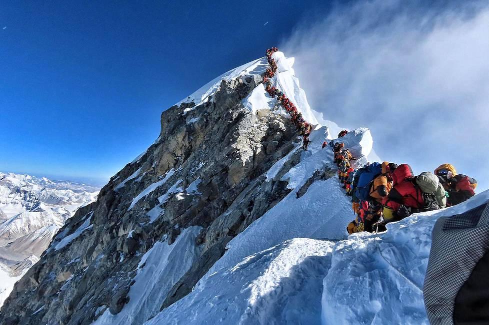 Mount Everestin huipulle vievällä harjanteella voi joutua jonottamaan pitkiä aikoja. Kuva on otettu 22. toukokuuta 2019.