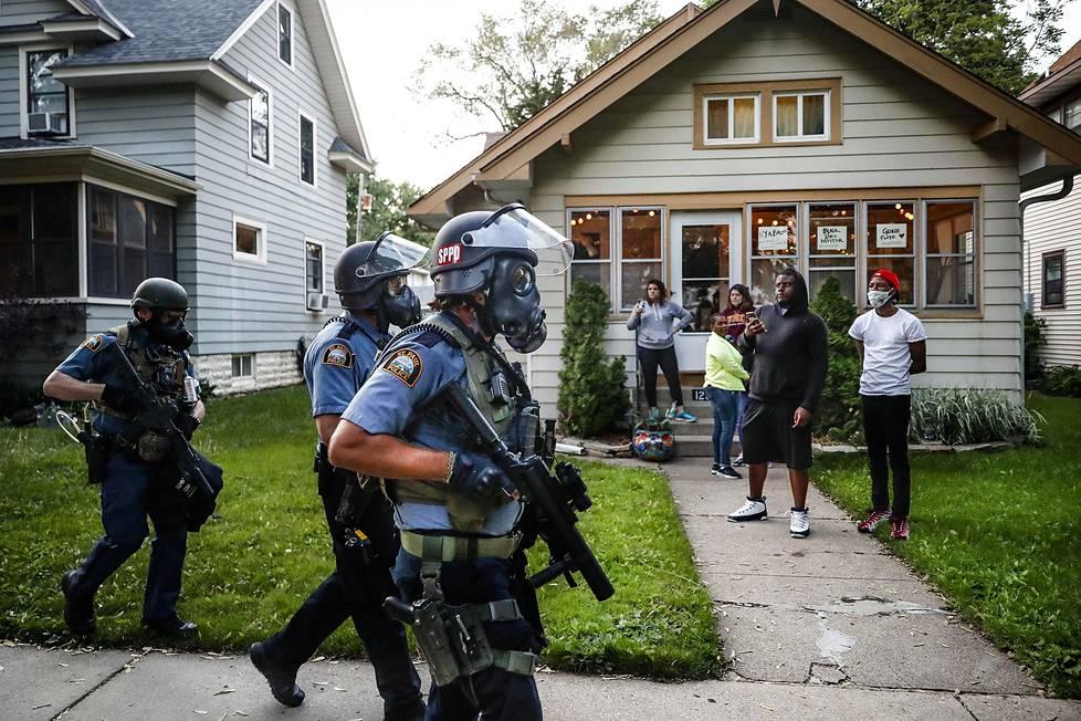Mellakkapoliisit partioivat St. Paulin kaupungissa Minnesotassa. Spot news -uutiskuvasarjat, 2. palkinto.