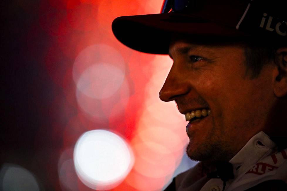 Kimi Räikkönen hyvällä tuulella Abu Dhabin varikolla.