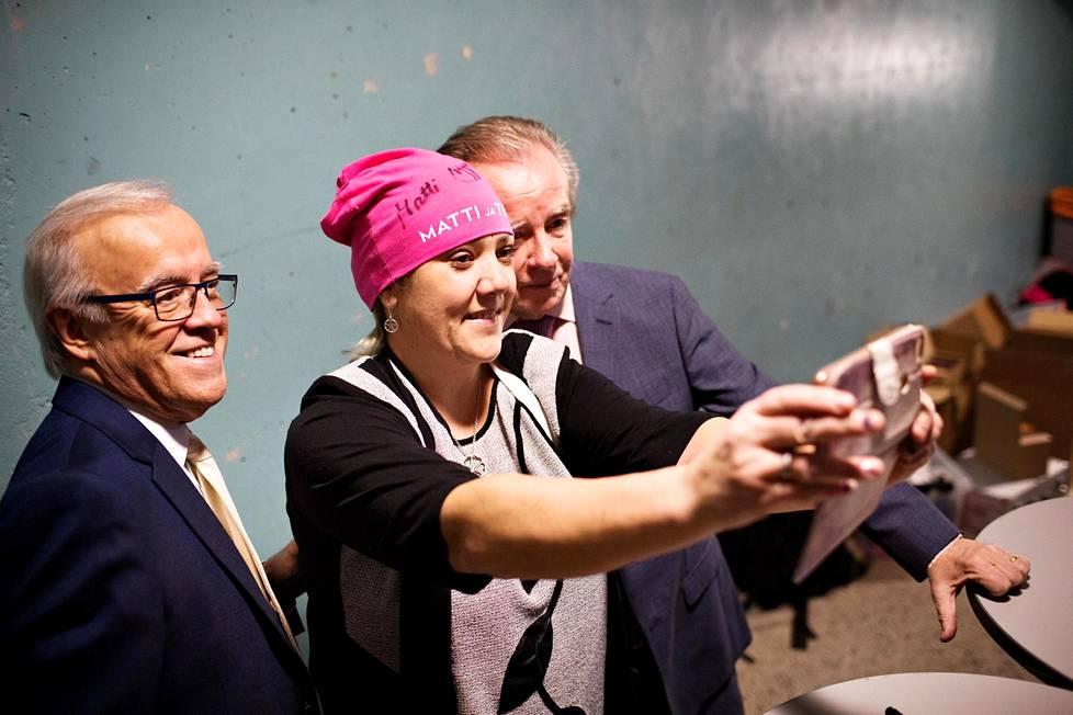 Alavutelainen Tea Ojanperä halusi selfien Matin ja Tepon kanssa. Ojanperä oli ostanut myös Matti ja Teppo -pipon.