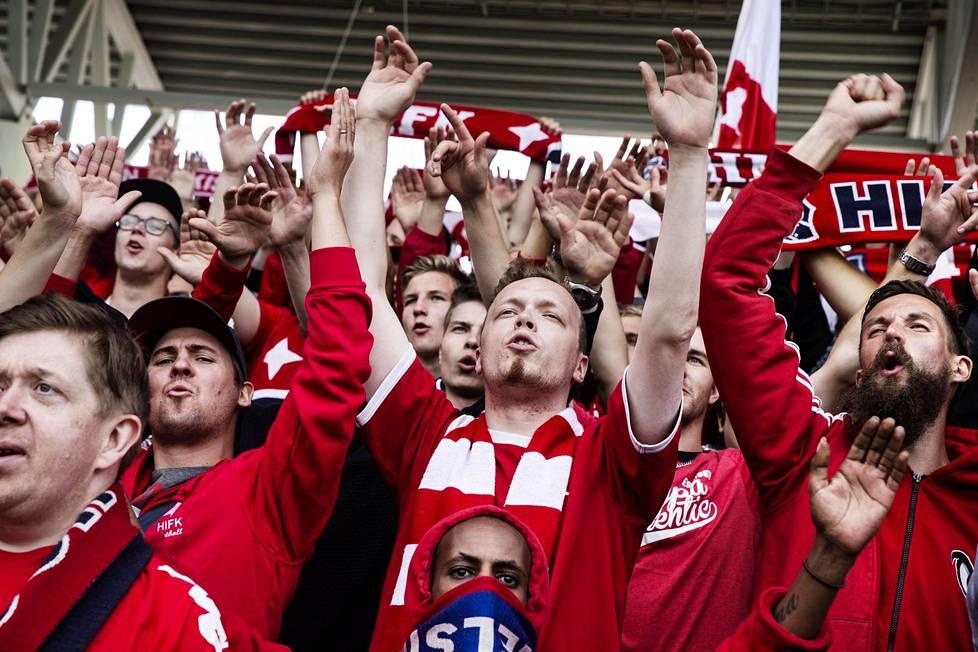 HIFK:n fanikatsomo kannusti omiaan jalkapallon Stadin derbyssä HJK:ta vastaan kesällä 2016.