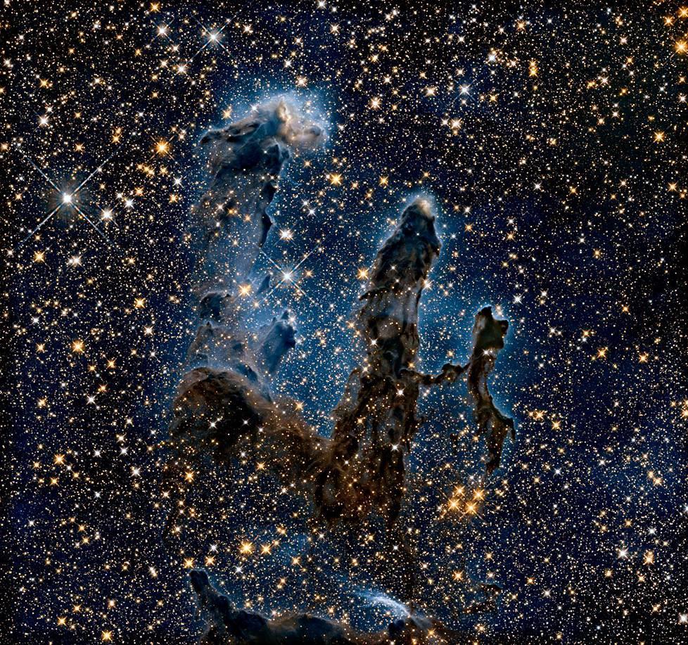 Hubblen infrapunasäteilyä mitannut kuva Luomisen pilareista julkaistiin äskettäin avaruusteleskoopin 30-vuotispäivän kynnyksellä.