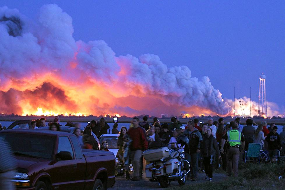"""Epäonnistunutta avaruusraketinlaukaisua seuranneet ihmiset poistuvat Wallops Islandilta Yhdysvaltain Virginiassa, kun Orbital Sciences Corporation -yhtiön miehittämätön raketti räjähti vain sekunteja lähtölaukauksen jälkeen 28. lokakuuta. Nasan mukaan syyn aiheutti """"katastrofaalinen poikkeavuus"""". Aluksen oli määrä kuljettaa tarvikkeita kansainväliselle avaruusasemalle ISS:lle."""