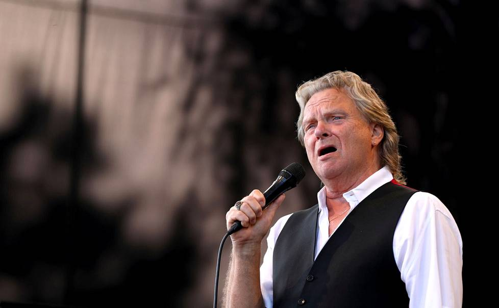 Pepe Willberg esitti Henrik Otto Donnerin lauluja Kirjurinluodon lavalla.