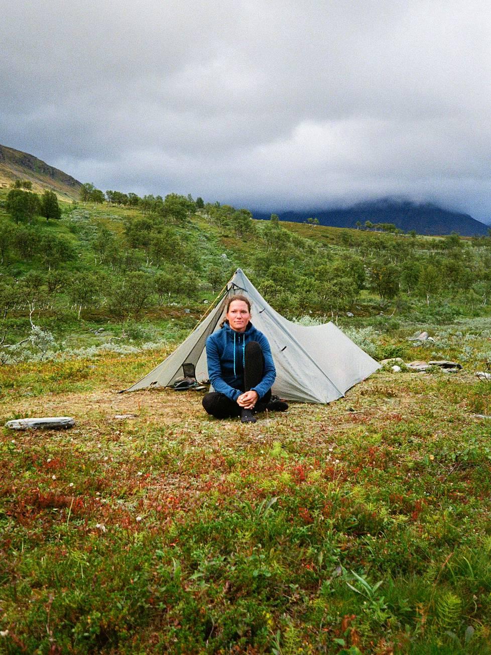 """Saksalainen Carina Haslach on kuvattu Rostassa Norjassa. Hän vaelsi Kilpisjärveltä Abiskoon. """"Tykkään vaeltaa yksin. Silloin voin mennä omaa vauhtiani, päättää, missä nukun ja miten kauan jatkan. On aikaa ajatella. Onhan yksinäisyys myös haaste sekä henkisesti että fyysisesti. Mietityttää, että jos jotain tapahtuu tai loukkaa itsensä. Kun on itsekseen, ympäristö on paljon intensiivisempi. Ei ole häiriöitä. On avoin kaikelle."""""""