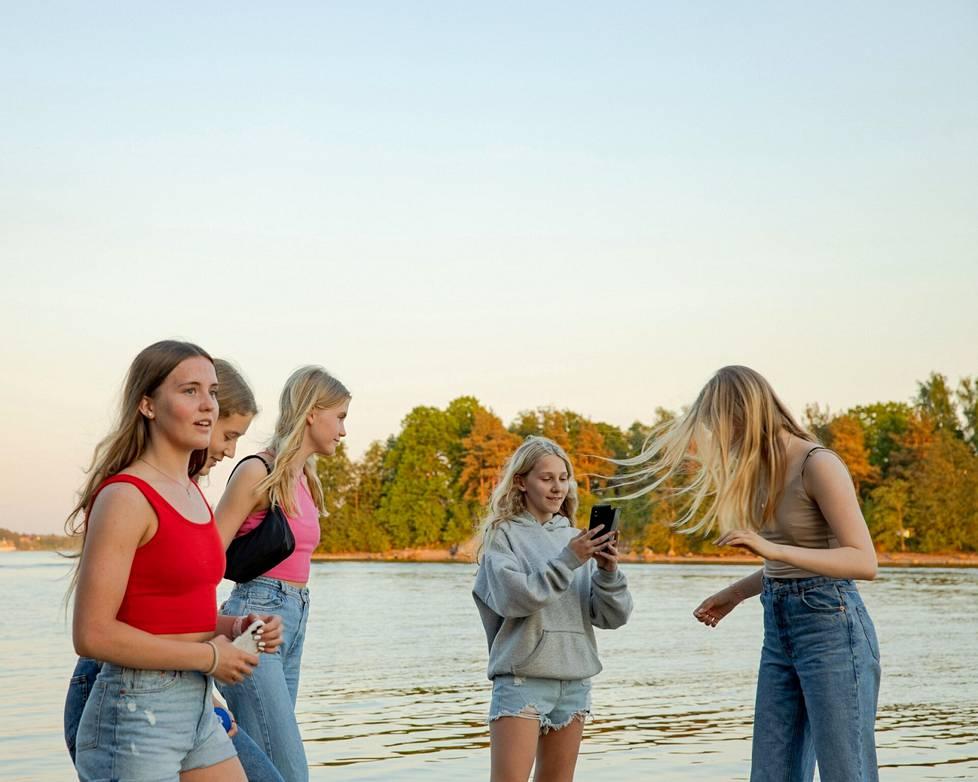 Kulosaaren yhteiskoululaiset Vera Saukkonen (vas.), Iiris Lievonen, Maria Saukkonen, Ella Laine ja Laura Arokivi Mustikkamaalla.