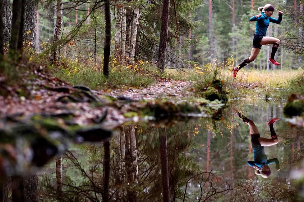 Anna-Stiina Erkkilällä on lyhyt matka kotoa sopiviin harjoitusmaastoihin. Hän harjoittelee muun muassa Kaliton-suolammen ympäristössä Espoon Kalajärvellä.