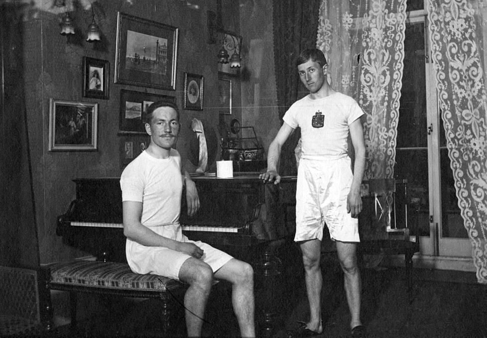 Jarl Jakobsson (vas) osallistui Lontoon 1908 olympialaisissa vauhdittomaan pituushyppyyn sekä perinteisen ja vapaan tyylin keihäänheittoon. Evert Jakobson kilpaili Lontoossa  perinteisen ja vapaan tyylin keihäänheitossa.