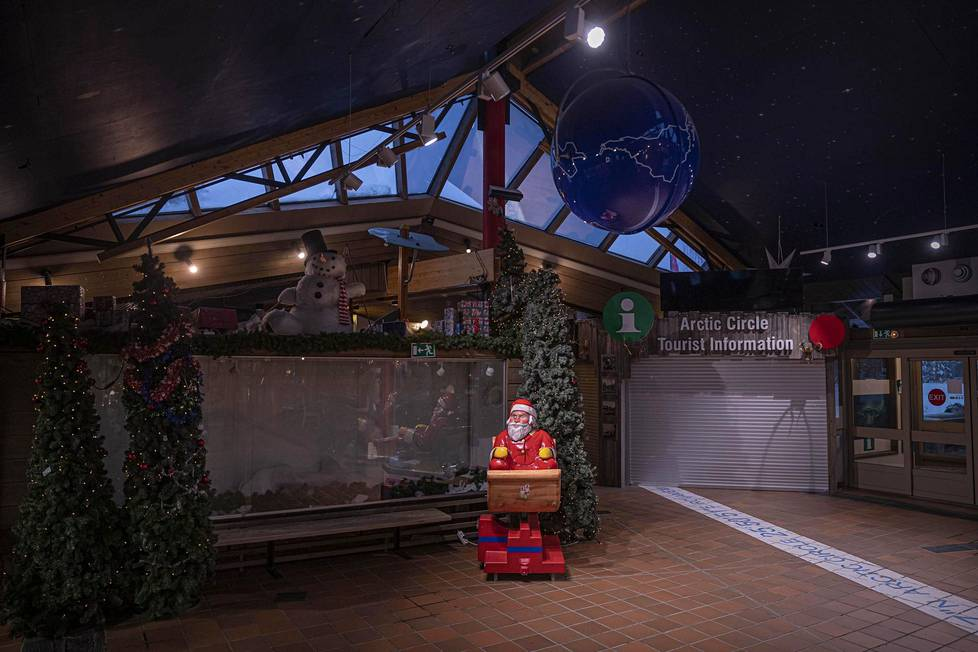 Joulupukin lahjatalon aulassa Napapiirillä on tyhjää.
