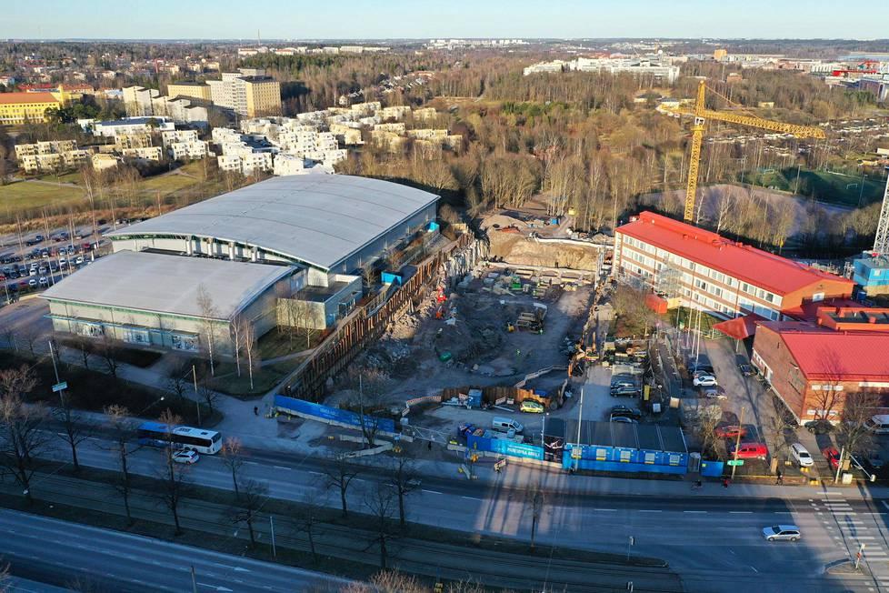 Uusi urheiluhalli valmistuu Mäkelänrinteen uimahallin (vas.) ja Mäkelänrinteen urheilulukion väliin.