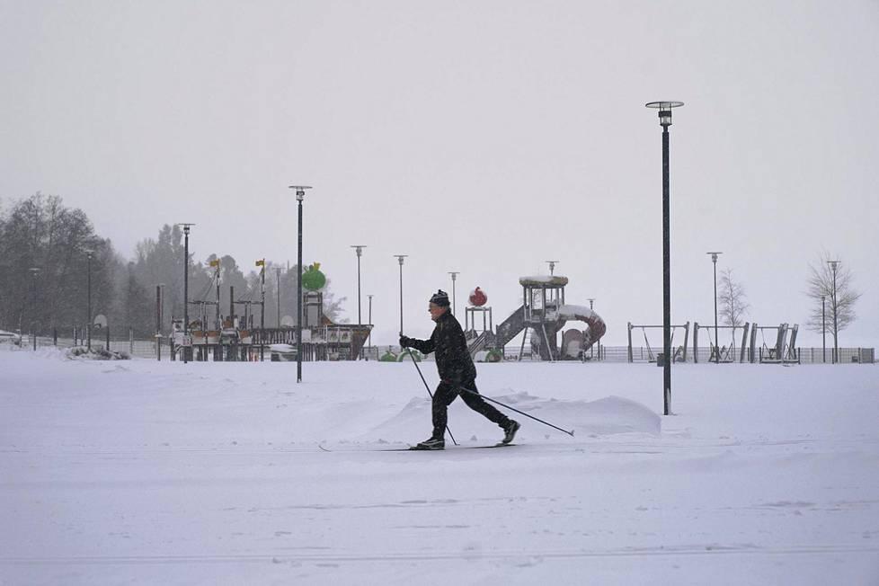 Espoolainen Erkki Ström nautti hiihdosta ilman ruuhkaa Oittaan ulkoilualueella 12. tammikuuta 2021.