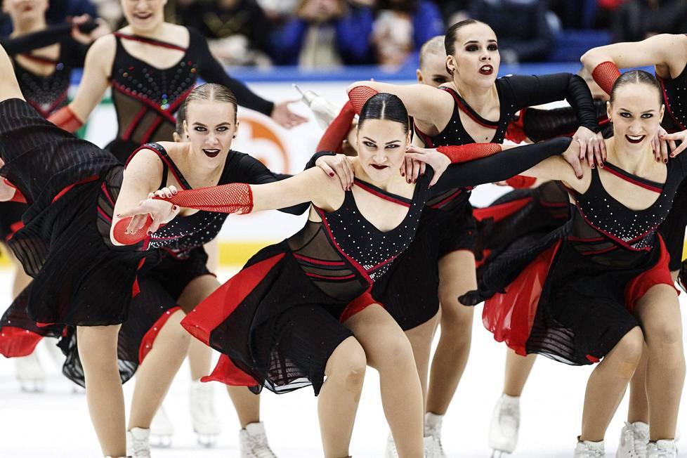 Team Unique luisteli hopeaa muodostelmaluistelun SM-kisoissa.