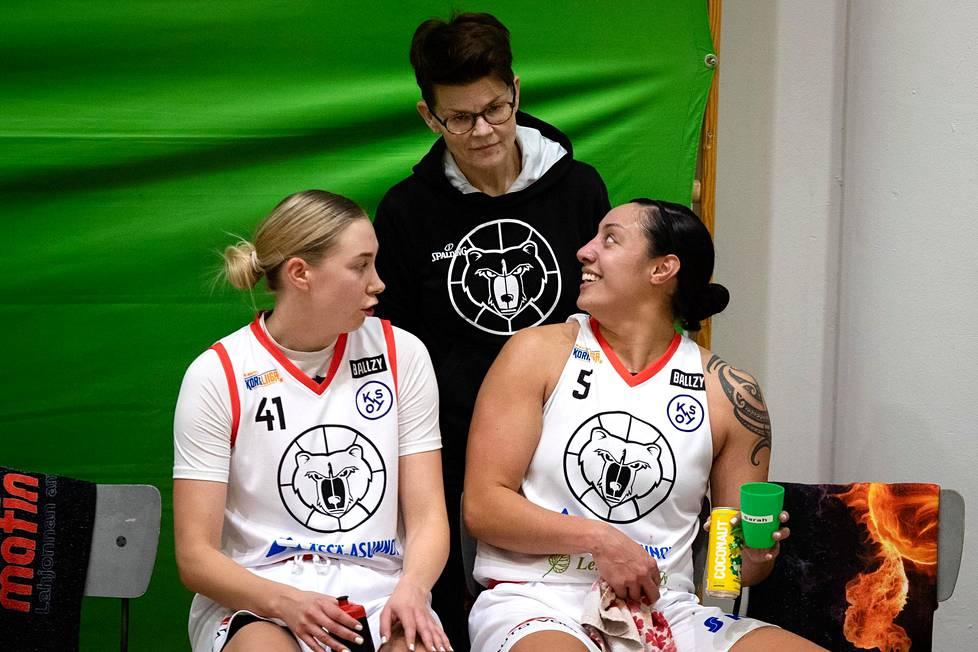 Kouvottarien Sarah Toeaina keskustelee Kaisa Kuisman (vas.) ja joukkueenjohtaja Terhi Vikströmin kanssa. Erinomainen joukkueen ilmapiiri on saanut yhdysvaltalaissentterin tuntemaan olonsa kotoisaksi Kouvolassa.