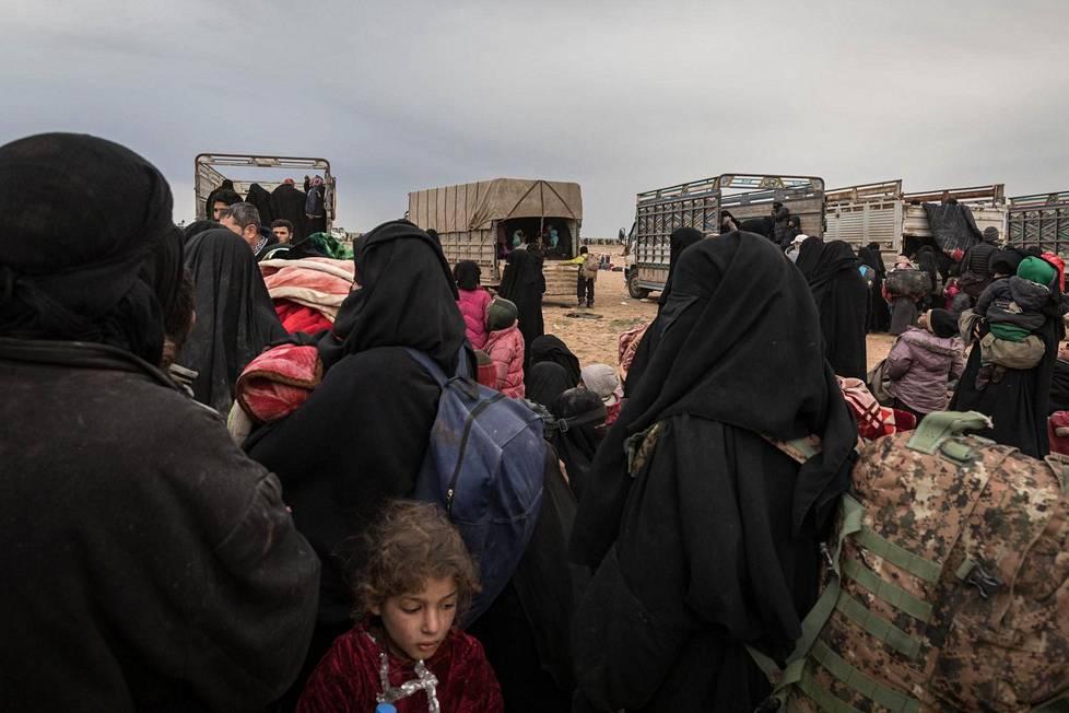 Syyrian kurdit veivät Isisin jäseniä al-Holin leirille Pohjois-Syyriassa helmikuussa.