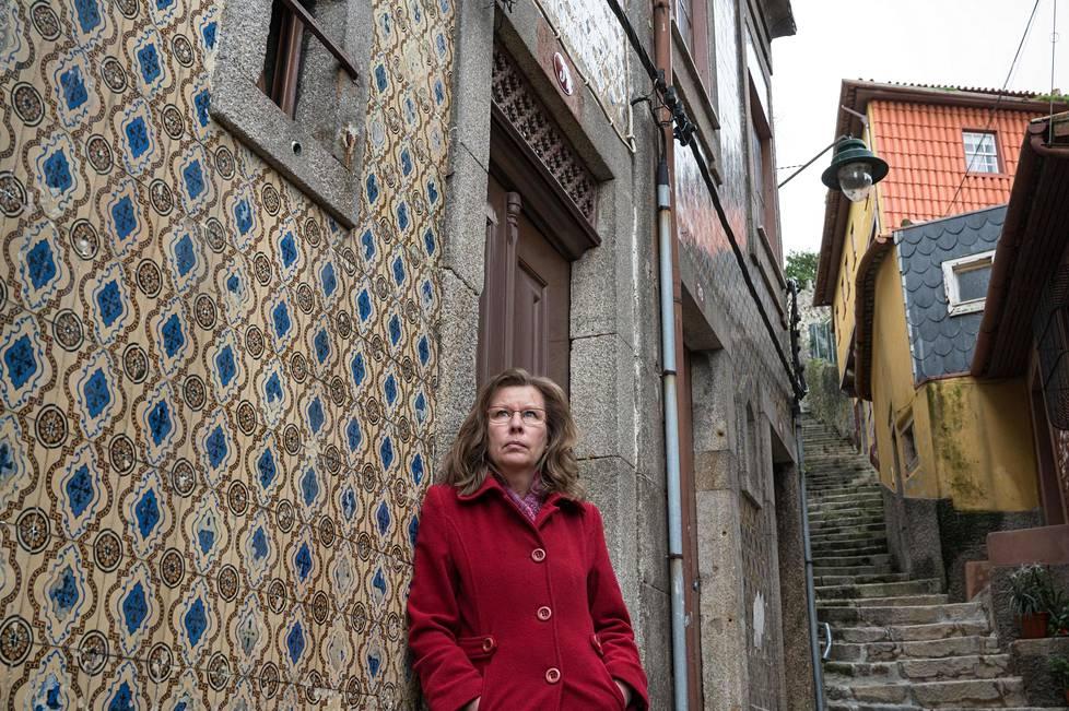 Kirjailija Anu Patrakka kulki kirjojensa tapahtumapaikoilla Porton vanhankaupungin Ribeiran kujilla. Työn alla on kuudes osa rikosetsivä Rui Santosin murhatutkimuksia.