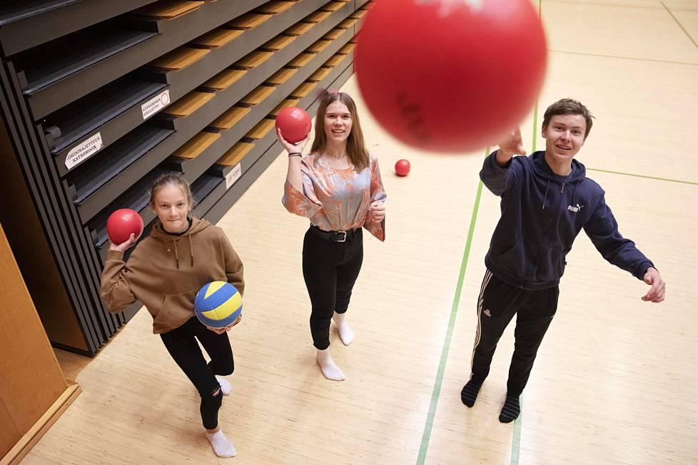 Espoolaiset 8.-luokkalaiset Annika Tahkola (vas.), Fanny Loukiainen ja Oskari Peltola heittelivät palloja Juvanpuiston koulun jumppasalissa. He kuuluvat ensimmäiseen ikäluokkaan, joka osallistuu Move-mittauksiin toista kertaa. Ensimmäinen kerta oli viidennellä luokalla vuonna 2016, kun mittaukset alkoivat.