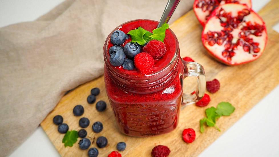 Smoothieen ja juomasekoituksiin granaattiomenamehu sopii erityisen hyvin, sillä sen syvä väri tekee juomasta herkullisen punaisen.