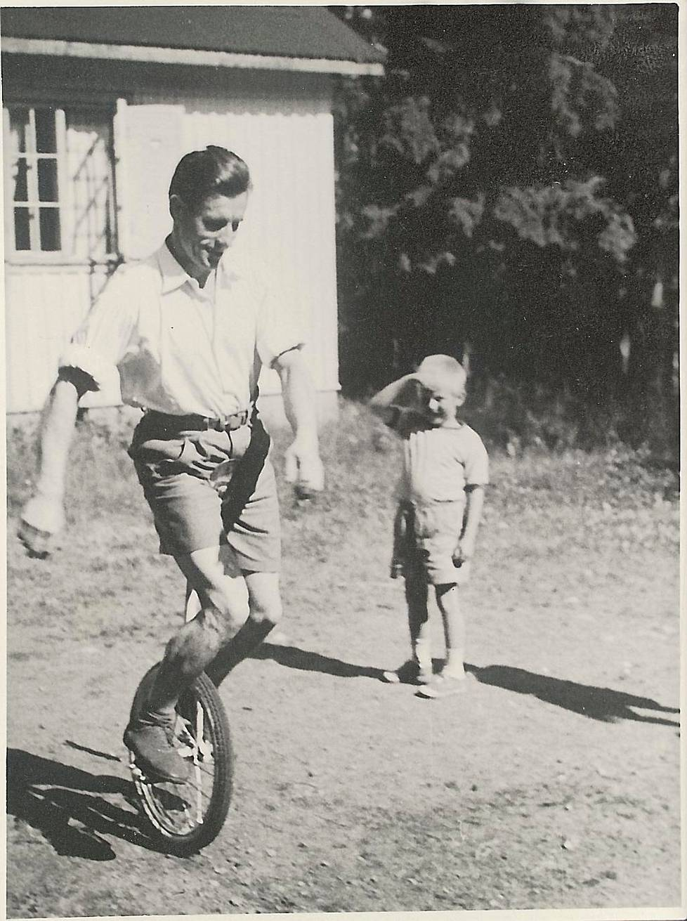 Kálmán Pap harjoitteli yksipyöräisellä talonmiehen mökin edustalla.