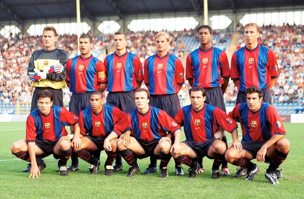 Barcelonan joukkue harjoituspelissä elokuussa 1999. Alhaalla oikealla on portugalilaistähti Luis Figo, ylärivissä 2. ja 3. oikealta seisovat vanhat Ajax-pelaajat Ronald de Boer ja Patrick Kluivert.