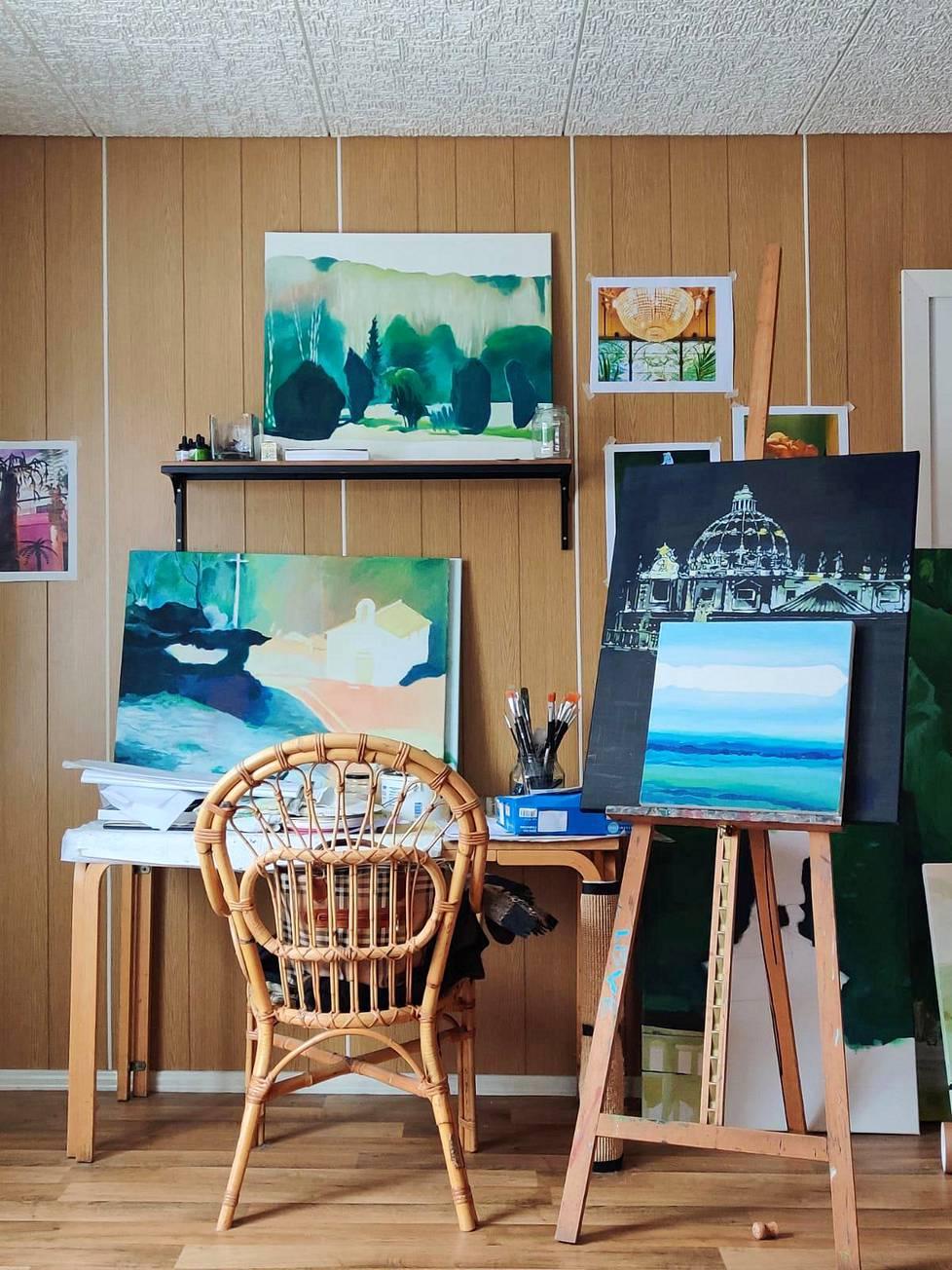 """""""Työtila, jossa maalaan"""", nainen kertoo olohuoneen lempipaikastaan."""