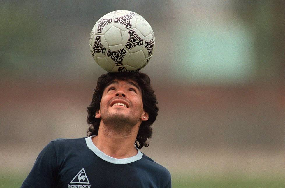 Diego kesytti pallon. Hänen ensimmäinen kosketuksensa totteli ja palveli peliä, Erkka V. Lehtola kirjoittaa kunnianosoituksessaan Diego Maradonalle.