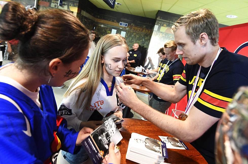 Marko Anttila kirjoitti nimmarin Janica Puroston paitaan Jokerien fanitapaamisessa Hartwall Areenalla torstaina