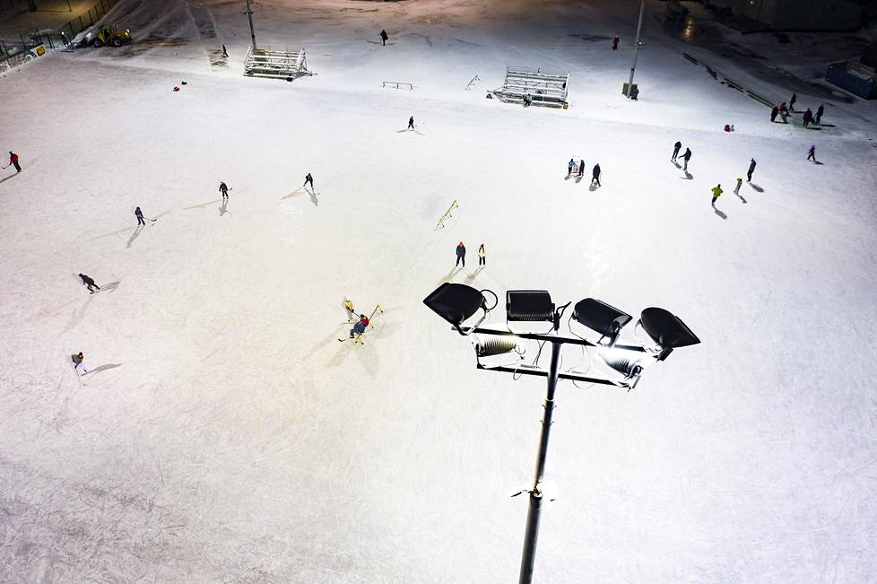 Despite its name, Käpylä's artificial ice fields are located in Pasila.  In addition to the larger course, the area has a trough with rackets for skaters.