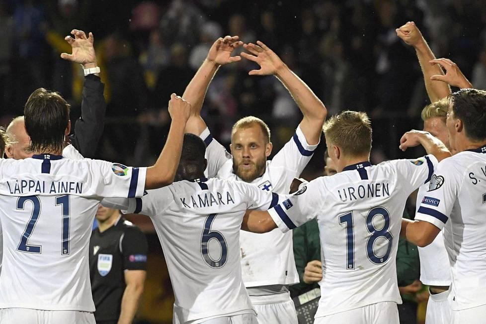 Teemu Pukki ja muut Suomen pelaajat juhlivat Pukin 1-1-tasoitusta Italiaa vastaan sunnuntaina. Kun Suomen karsintalohkossa on neljä ottelukierrosta pelaamatta, on Suomi edelleen hyvin lähellä EM-kisapaikkaa.