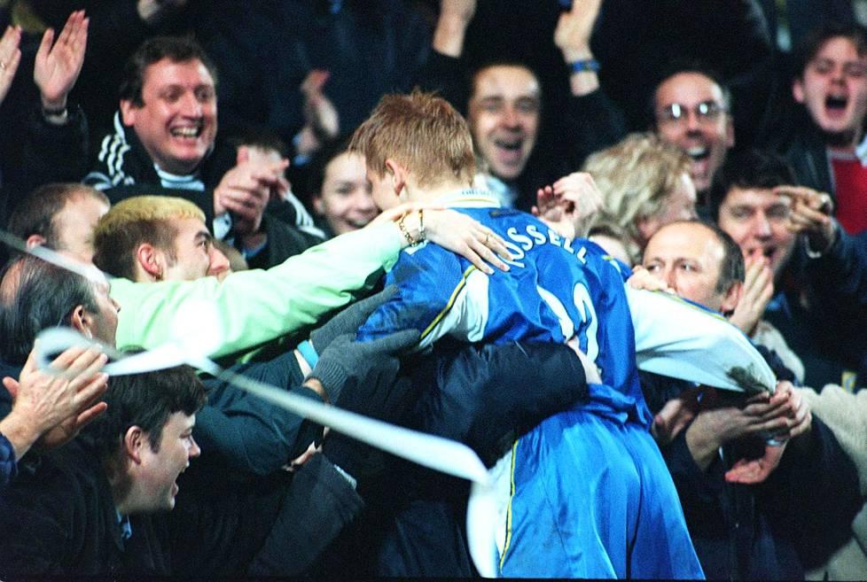 Chelsea-hyökkääjä Mikael Forssell pääsi fanien syleiltäväksi tehtyään maalin Englannin cupin ottelussa Oxford Unitedia vastaan helmikuussa 1999. Forssell teki 17-vuotiaana kaksi maalia tuossa ottelussa.