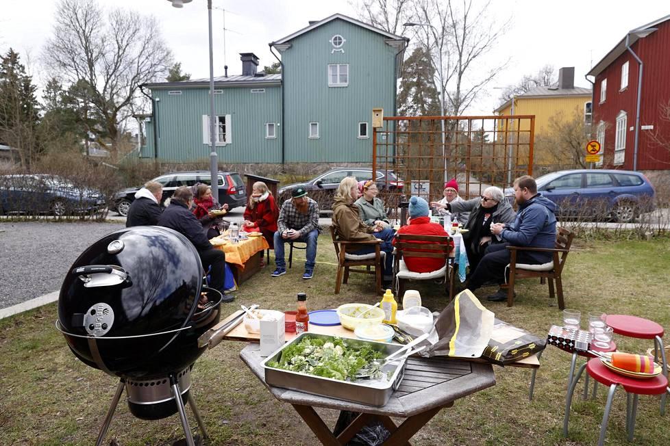 Heinosen perhe kokoontui grillailemaan vappulounaalle pihaan Sampsantiellä Helsingin Käpylässä.