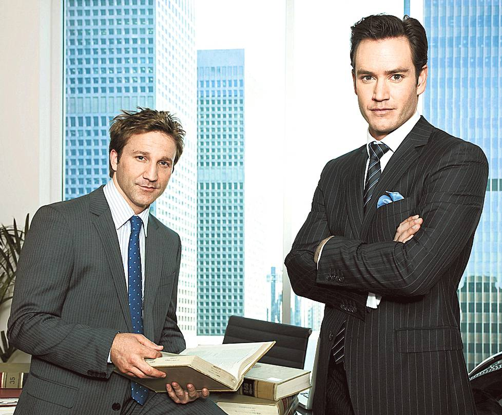 Jared Franklin (Breckin Meyer, vas.) ja Peter Bash (Mark-Paul Gosselaar) ovat rempseät lakimieskaverukset.