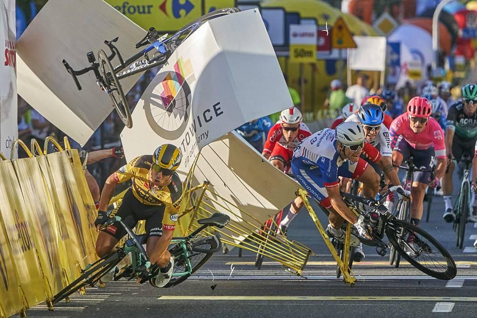 Hollantilaispyöräilijä Dylan Groenewegen (vas.) törmäsi maanmieheensä Fabio Jakobseniin vain muutamaa metriä ennen maaliviivaa Puolan ympäriajossa elokuussa. Urheilukuvat, 3. palkinto.