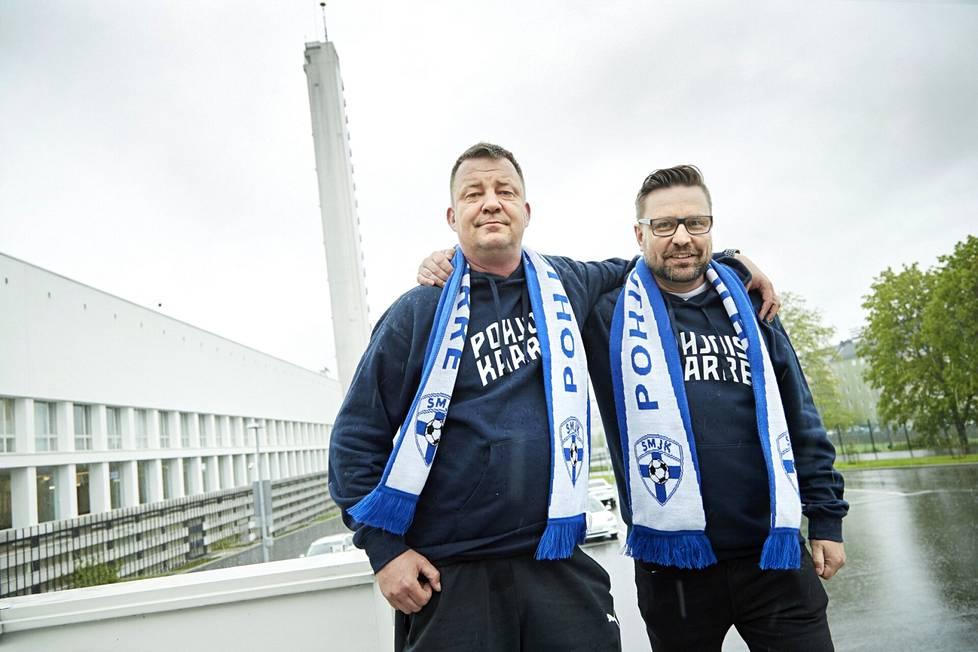 Suomen jalkapallomaajoukkueen kannattajat Kimmo Elfvengren ja Joni Haltia Olympiastadionilla.
