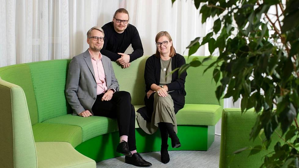 Sosiaalityöntekijät Jan-Erik Lunden ja Miika Salli sekä Espoon kaupungin perhe- ja sosiaalipalveluiden johtaja Mari Ahlström.