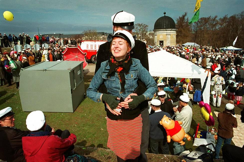Vappupäivänä vuonna 2002 opiskelijat Katja Särkkä ja Jussi ZIegler paistattelivat auringossa Kaivopuistossa.