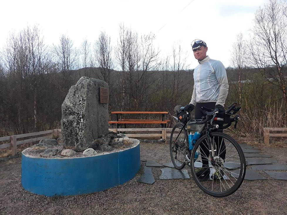 Samuli Mäkinen saapui Lapin valoisassa yössä Nuorgamiin ja Suomen pohjoisimmasta pisteestä kertovalle kivelle torstaina noin kello yksi. Paluumatkan hän aikoo tehdä bussilla ja junalla.