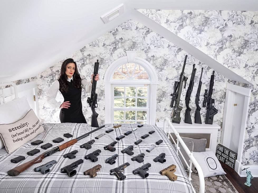 43-vuotias Bree Michael Warner teki aiemmin työtä tv-juontajana ja näyttelijänä, mutta nyt hän on kivääriyhdistys NRA:n jäsen ja opettaa naisia ampumaan, sekä itsepuolustukseksi että huvin vuoksi. Muotokuvasarjat, 1. palkinto.