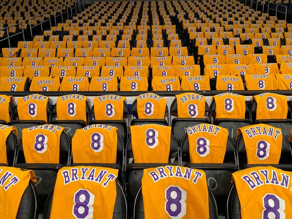 Staples Centerin penkit päällystettiin Kobe Bryantin pelipaidoilla onnettomuudessa kuolleen koripallotähden muistoksi ennen Los Angeles Lakersin ja Portlandin kohtaamista 31. tammikuuta.