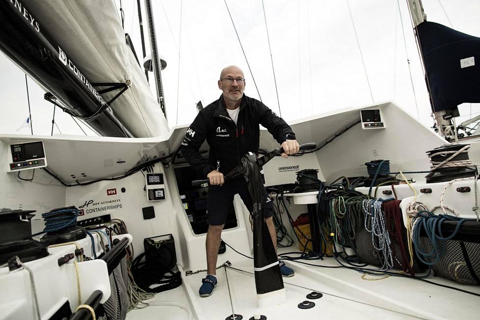 """Ari Huusela osallistuu lokakuussa alkavaan purjehduksen klassiseen """"kahvikisaan"""" Ranskasta Brasiliaan. Se on yksi viidestä näyttökisasta, joka purjehtijalta vaaditaan ennen ensi vuoden pääkilpailua, yksinpurjehdusta maapallon ympäri. Huuselan veneessä on kahdeksan purjetta, joita hän nostaa ja laskee vinssillä."""