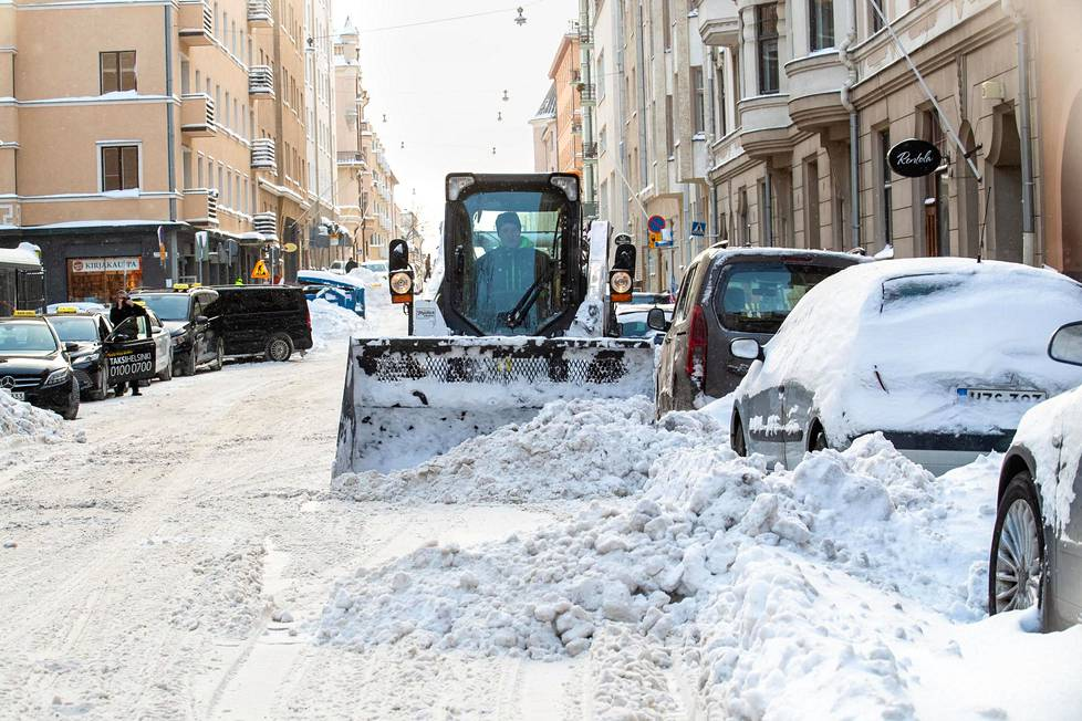 Lunta yritettiin saada pois kaduilta Helsingin Kruununhaassa torstaina.