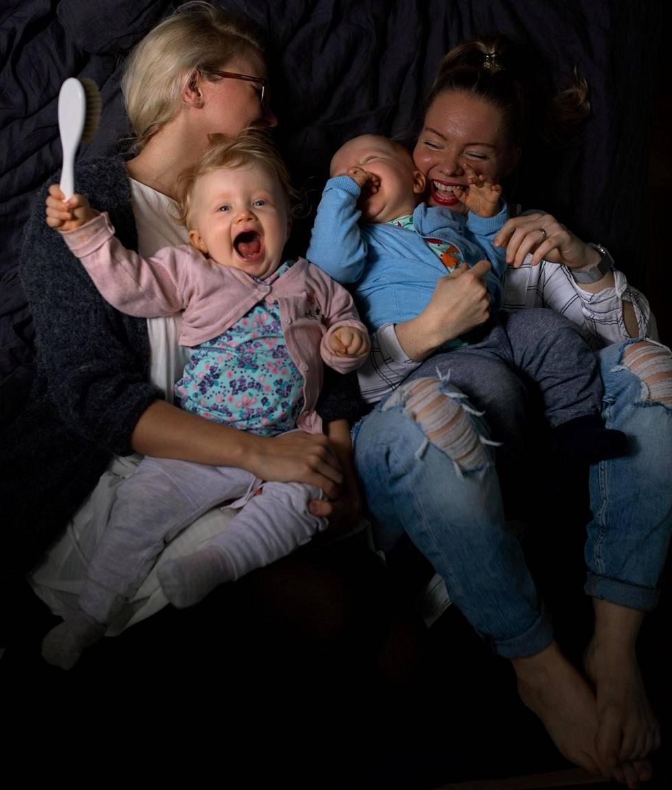 Äidit Susanna Silvander-Rosti ja Ella Rosti nauttivat lastensa Elsin ja Sulon seurasta.