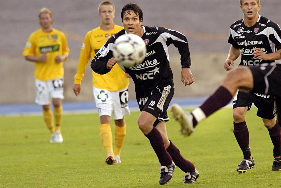 Vuonna 2008 Jari Litmanen siirtyi lyhyen Fulham-visiitin jälkeen FC Lahteen.