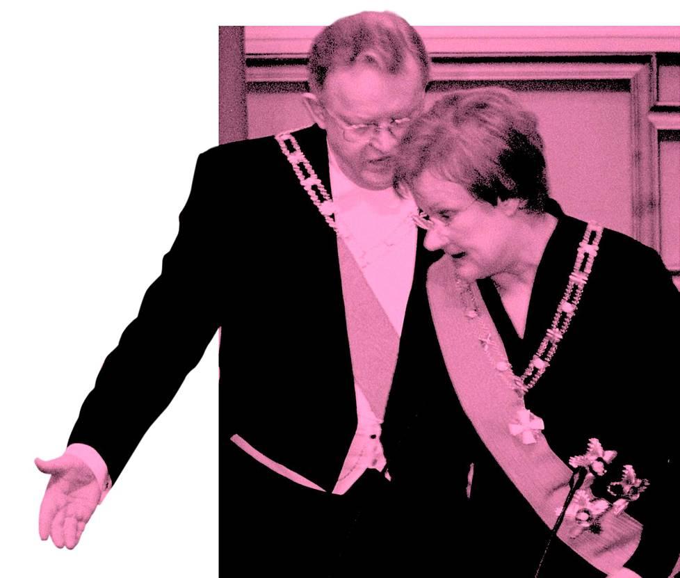 Presidentit Tarja Halonen ja Martti Ahtisaari vaihtoivat paikkoja eduskunnan puhemiehen korokkeella Halosen annettua juhlallisen vakuutuksen virkaanastujaisissaan vuonna 2000.