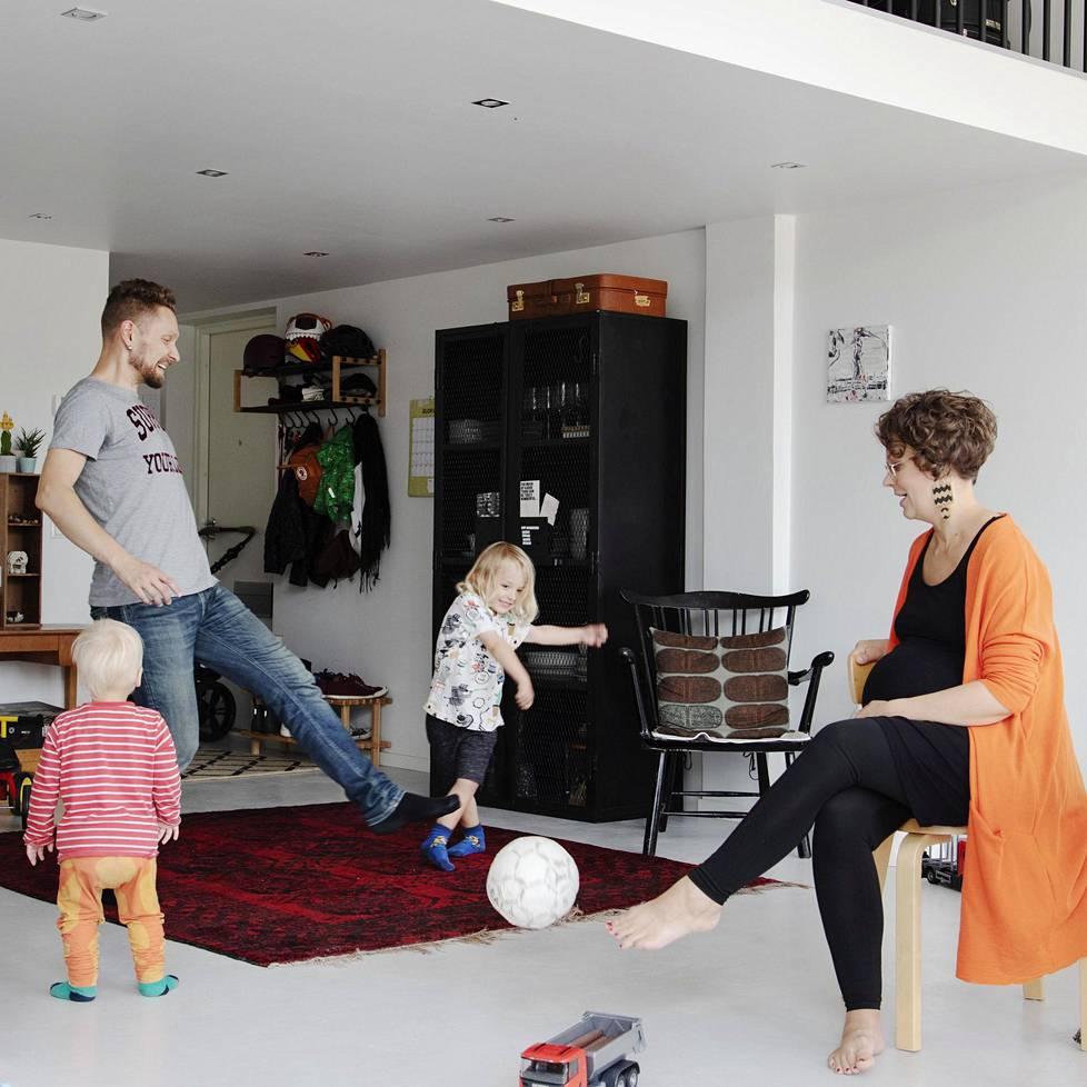 Paavo ja Karoliina Beckmanin kodissa pelataan usein. Jalkapalloa potkivat myös Rafael, 1,5, ja Kasimir, 4.