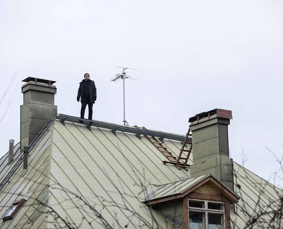 Risto Isomäki tunnetaan ekologisista tieteisromaaneistaan. Isomäki seisoi kotitalonsa katolla  Helsingin Malmilla, kun HS:n Rio Gandara kuvasi hänet vuodenvaihteen kirjailijapuheenvuoron potrettiin.