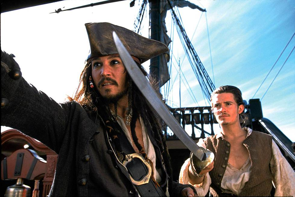 Jack Sparrow (Johnny Depp) ja Will Turner (Orlando Bloom) seikkailevat Pirates of the Caribbean: Mustan helmen kirous -elokuvassa.